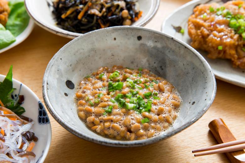 纳豆,英文是 Natto,是一种日本的特色食品,纳豆是大豆经过一种特殊的发酵方式制得。纳豆可以为人体提供有益菌,同时,纳豆含有独特的纳豆激酶,对人体心血管有益。阅读完本文,您将了解:纳豆是什么?纳豆的功效有哪些?纳豆怎么吃?纳豆、纳豆激酶推荐。